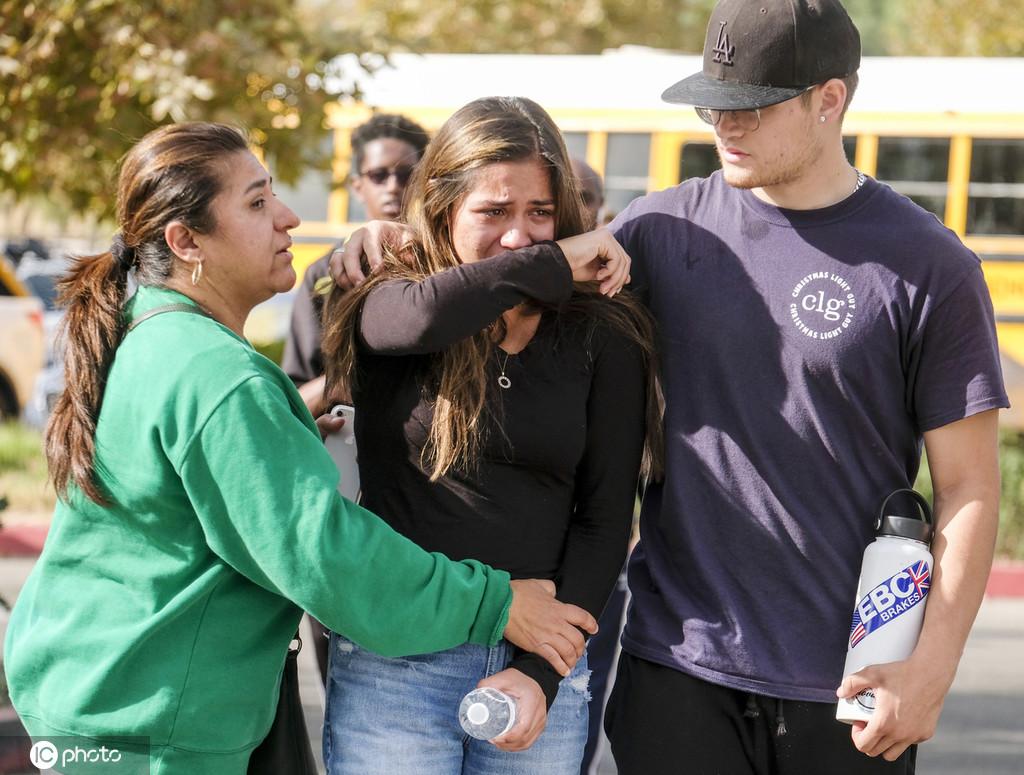 美国加州高中枪击案已致2死多伤 学生落泪惊慌失措