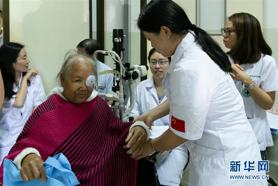 """云南省在老挝首都万象开展""""光明行""""活动"""
