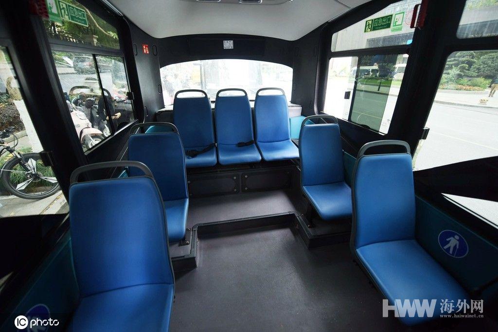 5G无人驾驶微公交亮相 众多市民试乘体验