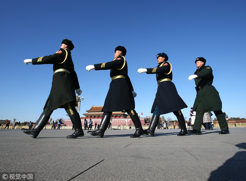 解放军、武警战士顶寒风在天安门广场站岗执勤