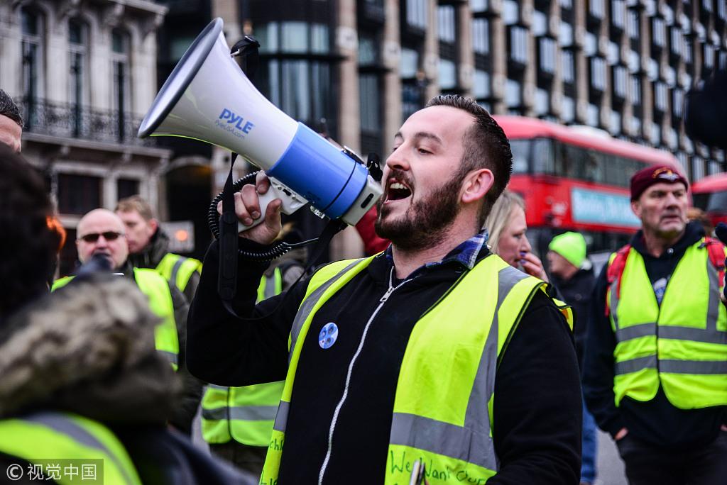 """""""脱欧""""支持者穿""""黄背心""""在伦敦街头抗议"""