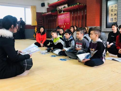 学生们跟读志愿者老师。(欧洲时报通讯员秦乐乐 摄)