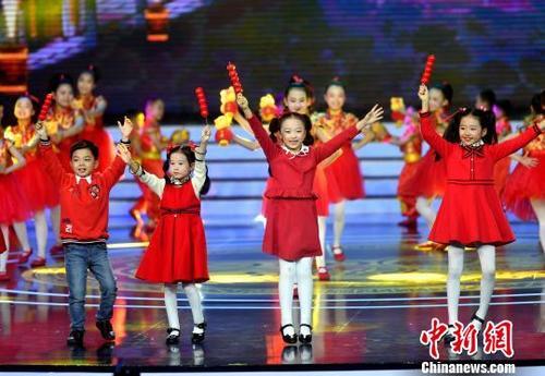 中国侨网图为开场舞表演。 吕明 摄