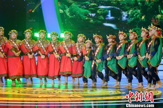 图为台湾排湾族歌舞《传情柴》。 吕明 摄