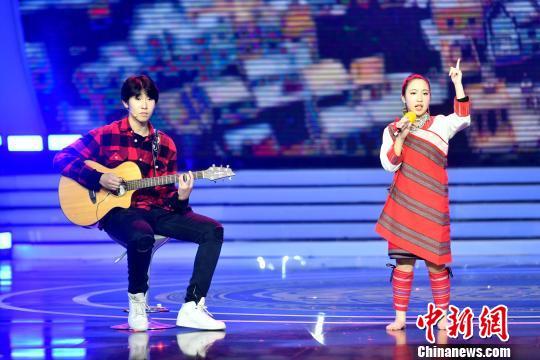 图为福州土生土长15岁音乐天才少年罗维与台湾泰雅族女孩杨迦恩一起现场合唱歌曲。 吕明 摄