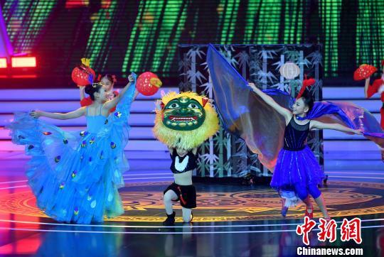 图为台北木栅小学小朋友带来舞蹈《双鹊迎新春》。 吕明 摄