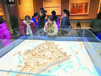 元旦假期期间,观众在南宁建制博物馆内参观