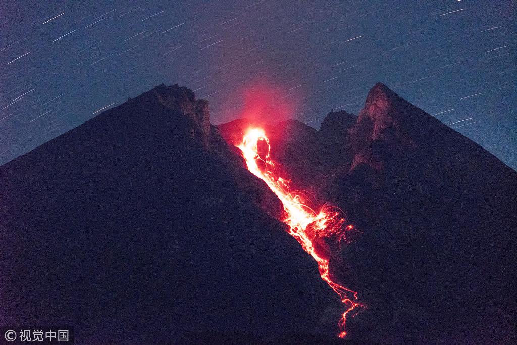 印尼默拉皮火山再度喷发 炙热熔岩喷涌而出