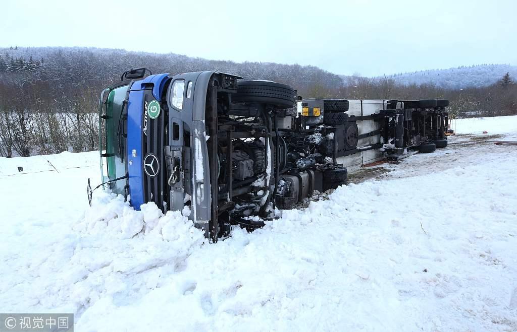 德国遭暴雪袭击 车辆出行受阻交通事故频发