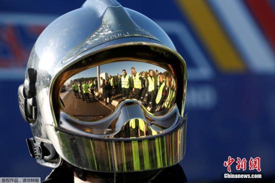 """12月4日,法国政府决定暂停调涨燃料税,但抗议者仍然在社交平台发布第4轮周末示威倡议,准备发动更大规模的抗议活动。法国民众为抗议政府增加燃料税,已经连续3个周末在法国各地展开""""黄背心""""运动,抗议活动最终演变为了大规模的暴乱。图为一名戴头盔的抗议者。"""