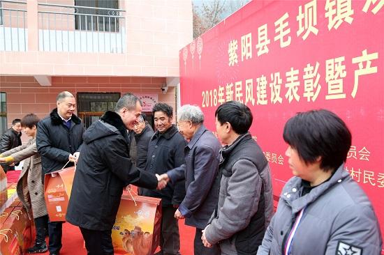 葛迪院长、陈佳斌书记等领导为受表彰兑现颁奖.JPG