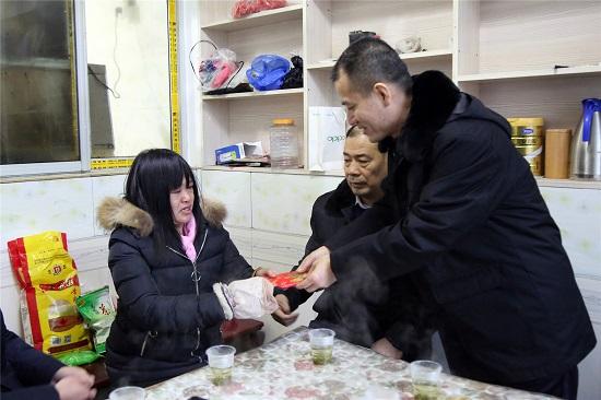 葛迪院长看望慰问观音村六组贫困户苏喜珍,并为她送去慰问金.JPG