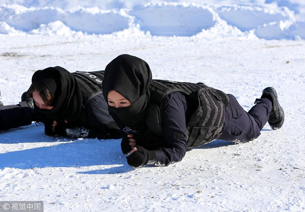 阿富汗女警在土耳其受训 持枪瞄准动作帅气