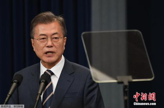 5月27日,韩国总统文在寅在首尔青瓦台宣布韩朝领导人会晤结果。韩国总统文在寅27日宣布韩朝领导人会晤结果,表示两国首脑认为应成功举行原定6月12日的朝美领导人会晤,同时再次明确应尽快履行《板门店宣言》。