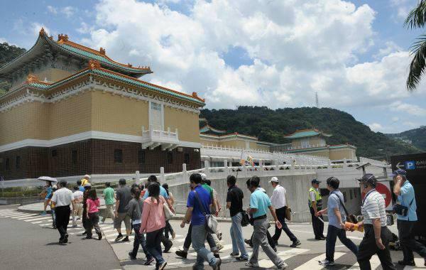 资料图片:大陆游客前往台北故宫博物院游览。(新华社)