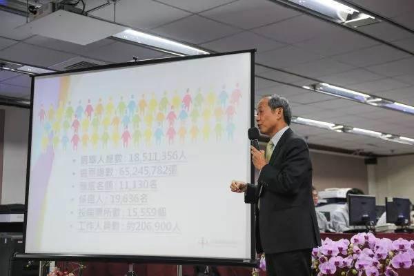 """资料图片:2014年11月28日,在台湾""""九合一""""选举的选情中心举行的作业总预演及记者会上,工作人员在介绍选举准备情况。(新华社)"""