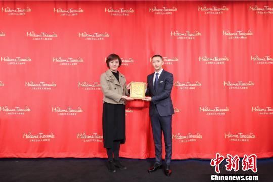 上海杜莎夫人蜡像馆为韩庚定制金色手模。 芊烨 摄
