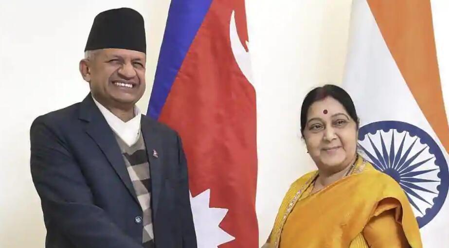 尼泊尔外交部长贾瓦利(左)