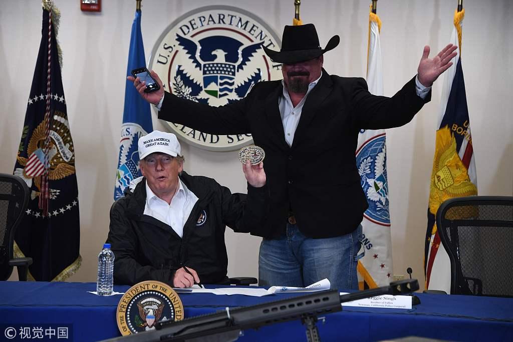 特朗普赴得州边境城市视察为建墙造势 获赠皮带扣