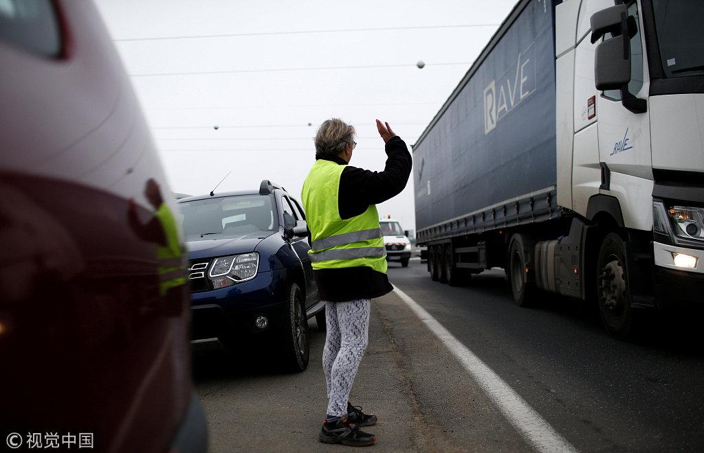"""法国""""黄背心""""示威持续 示威者驻扎交通要道举行抗议"""