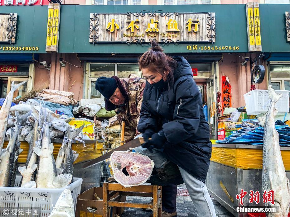 黑龙江鱼贩子变木匠 200斤冻鱼锯开卖