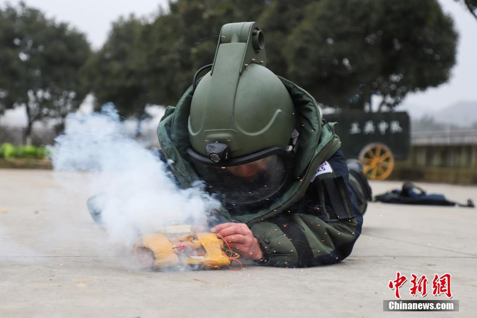 """直击!贵州武警""""拆弹部队""""实训"""
