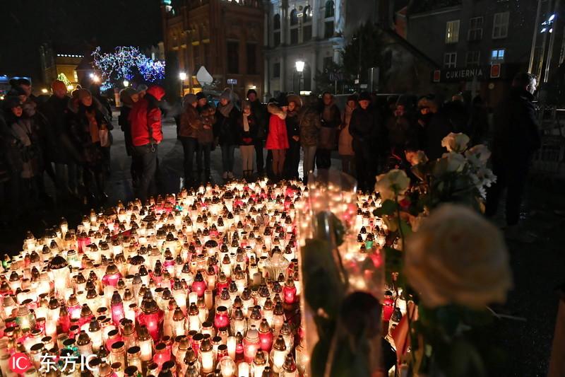 波兰格但斯克市长遇刺身亡 民众点烛悼念