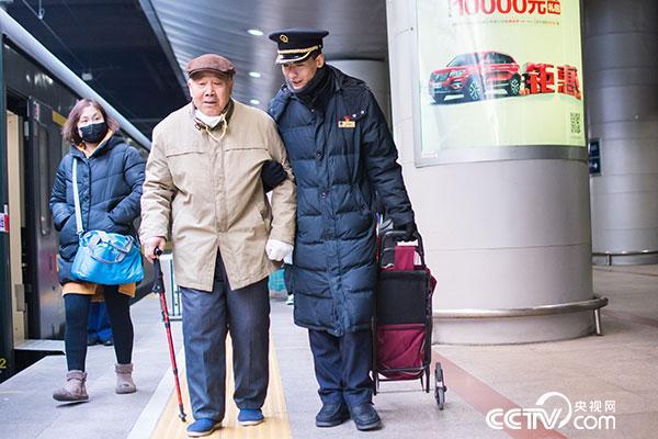 """""""036""""客运员送重点旅客到站台"""