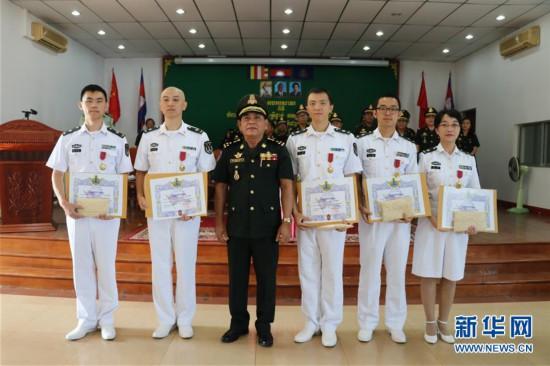 """(国际)柬埔寨授予中国军医""""和平骑士勋章"""""""