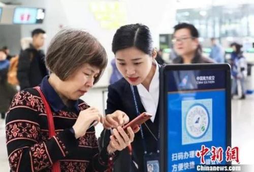 地服人员指引旅客使用电子化服务 南宣 摄
