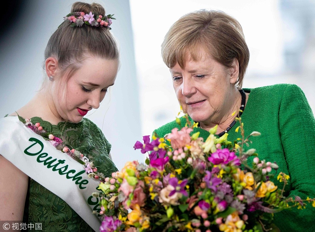 德国总理默克尔收到情人节鲜花 笑靥如花