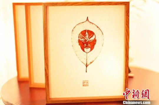 """""""90后""""小伙树叶上雕京剧脸谱传承中国古老技艺"""