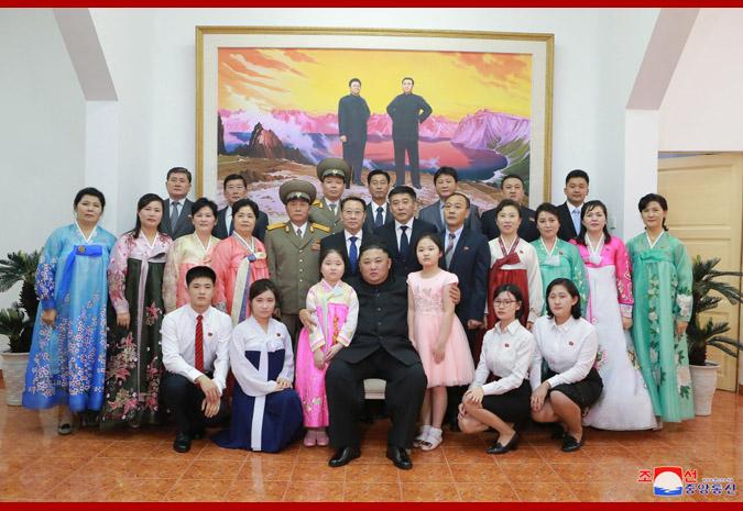 朝中社:金正恩访问朝鲜驻越南大使馆 与众人亲密合影