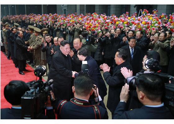 3月5日凌晨,金正恩乘坐专列抵达平壤火车站,图为金正恩与前来迎接的人们握手。(劳动新闻)