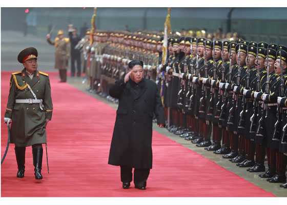 金正恩在平壤火车站检阅仪仗队(劳动新闻)