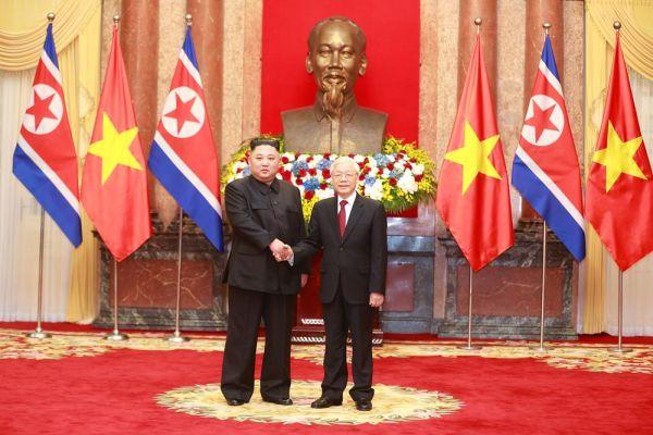 越共中央总书记、国家主席阮富仲迎接朝鲜劳动党委员长、国务委员会委员长金正恩。