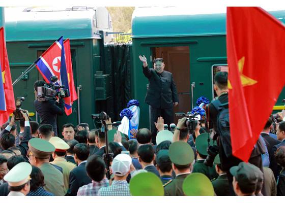 金正恩登上专列前,向前来送行的越南官员和民众挥手道别。(劳动新闻)