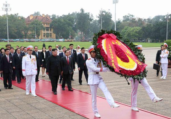 朝鲜最高领导人金正恩一行已到胡志明主席陵墓拜谒和敬献花圈。(越通社)