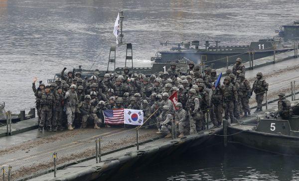 资料图片:2015年12月10日,美韩士兵在韩国涟川参加联合军演期间合影。 (新华社 美联社)