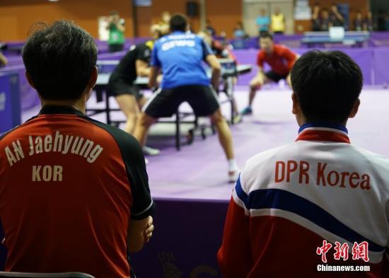 当地时间2018年7月17日晚,韩朝联队参加混双资格赛比赛,韩国教练与朝鲜教练共同指导韩朝联队。2018年国际乒联世界巡回赛韩国公开赛17日在大田进行资格赛。韩朝组建乒乓球代表团联队,参加男子双打、女子双打和男女混双三个项目。中新社记者 曾鼐 摄