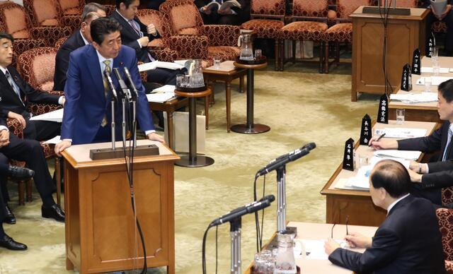 日本首相安倍晋三3月14日上午出席参院预算委员会会议。