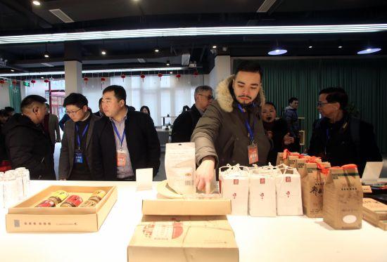 郫都区豆瓣酱产品引海外华文媒体参观。王磊摄