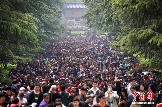 资料图:假日期间,各地景区游客众多。<a target='_blank' href='http://www.chinanews.com/'>中新社</a>记者 泱波 摄