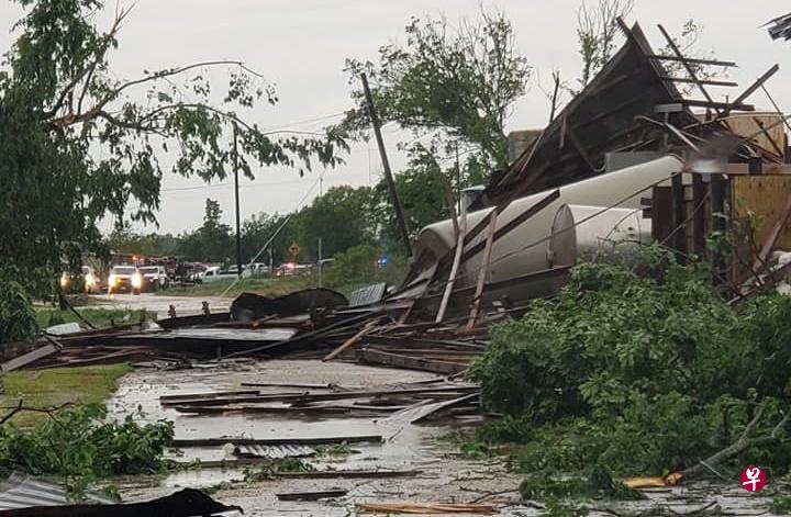 美国东部多地遭龙卷风袭击 2名儿童被大树砸死
