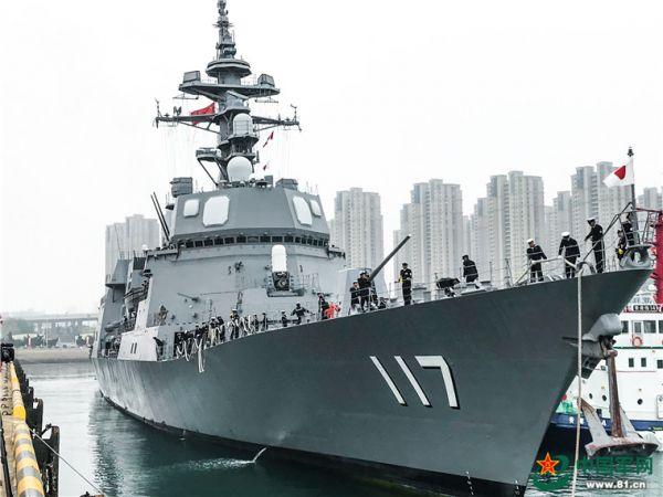"""3  4月21日上午,日本海上自卫队秋月级驱逐舰""""凉月号""""抵达青岛大港码头。(中国军网)"""