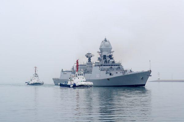 """2  4月21日,印度海军""""加尔各答""""号导弹驱逐舰抵达青岛。 (新华社)"""
