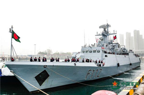 """4月21日上午,孟加拉国""""决心""""号护卫舰(BNS PROTTOY号 F112)抵达青岛大港码头,参加中国海军成立70周年多国海军活动。"""