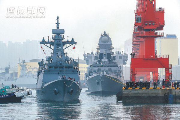1  4月21日,来华参加中国人民解放军海军成立70周年多国海军活动的外国海军舰艇陆续抵达青岛。(国防部网)