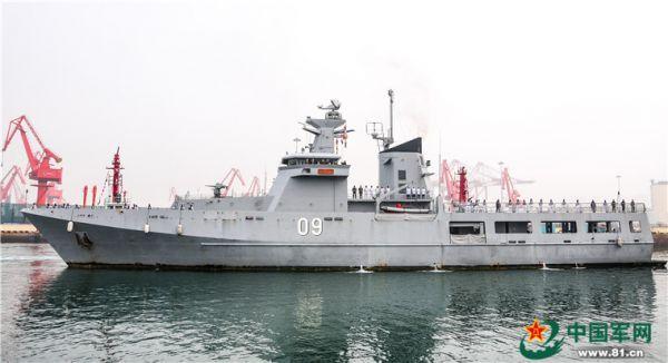 """4月21日上午,文莱""""达鲁塔克瓦""""号巡逻舰(KDB DARUTTAQWA 舷号09)抵达青岛大港码头,参加中国海军成立70周年多国海军活动。(中国军网)"""