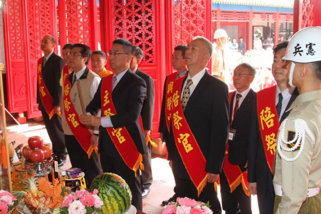 台当局官员今年4月29日参加郑成功祭典(图片来源:台媒)